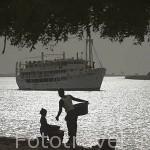 El rio Senegal y el barco de hierro Bou El Mogdad. Cerca de DAGANA. Senegal