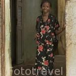 Chica en la puerta de su escuela. Pueblo ribereño de DAGANA. Rio Senegal. Senegal