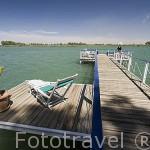 El barco Bou El Mogdad y palafito del hotel Gite D´Etape. En RICHARD TOLL. Rio Senegal. Norte de Senegal