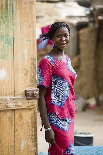 Mujer vestida con su boubou. Poblacion de GAE. Junto al rio Senegal. Norte de Senegal