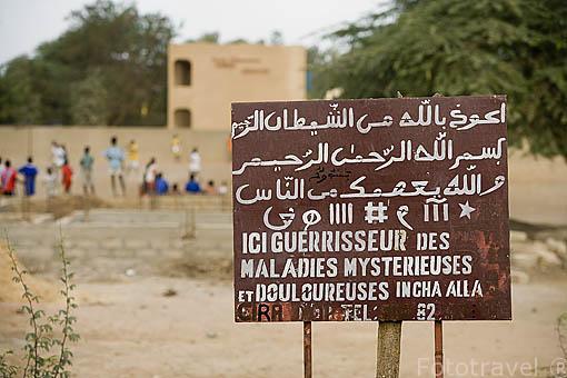 Curioso cartel de medico que cura todas las enfermedades. Poblacion de RICHARD TOLL. Junto al rio Senegal. Norte de Senegal