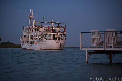 El barco de hierro Bou El Mogdad convertido en barco turistico desde noviembre de 2005. Cerca de la poblacion de RICHARD TOLL. Rio Senegal. Norte de Senegal