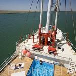 Piscina a proa del barco Bou El Mogdad. Convertido en barco turistico desde noviembre del año 2005. Rio Senegal. Norte de Senegal