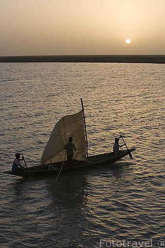 Canoa con vela incorporada surcando las aguas del rio Senegal. Norte de SENEGAL