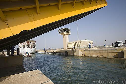 La exclusa de Diama, construida en 1986. Rio Senegal cerrandose. Al fondo el barco turistico Bou El Mogdad (el mas grande que surca estas aguas). Rio Senegal. SENEGAL