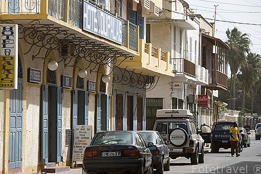 Una calle de estilo colonial frances. Ciudad de SAINT LOUIS. Rio Senegal. Norte de Senegal