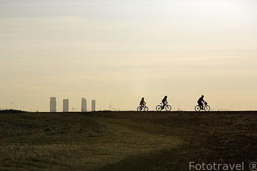 Ciclistas y las torres de Madrid. España