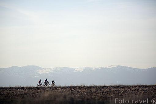 Ciclistas y la Sierra de Guadarrama. Madrid. España