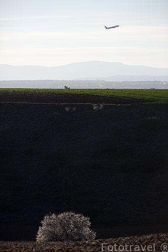 Avión despegando y campo. Ajalvir. España