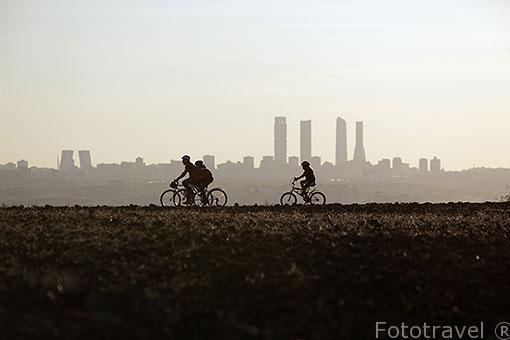 Ciclistas. Detras las torres de Madrid. España
