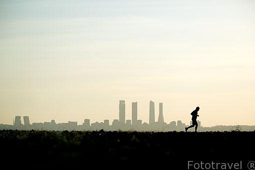 Practicando deporte. Torres de la ciudad de Madrid. España