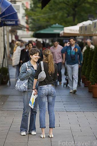 Graban a chicas con falda en la calle y se le ve todo